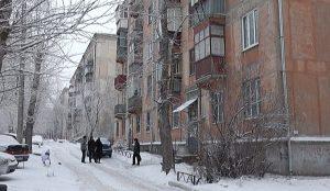 Начал таять снег, с крыши побежала вода и стала заливать фасад
