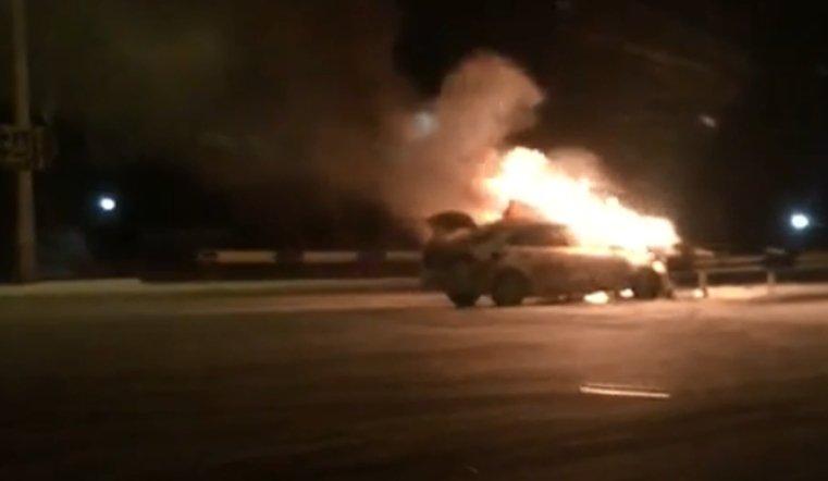 На Троицком тракте сгорел автомобиль Яндекс такси