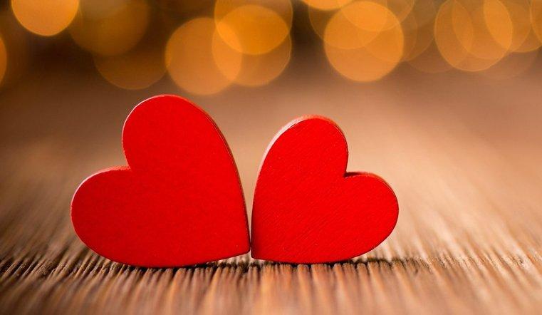 Даже скромная открытка в форме сердца станет приятным сюрпризом на праздник