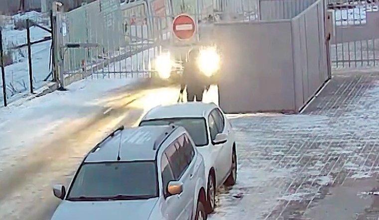 Автоледи таранит ворота