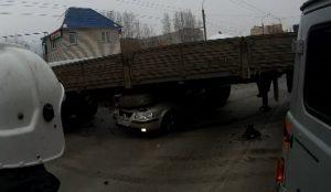 В Миассе Samand зателел под грузовик. Водитель чудом выжил