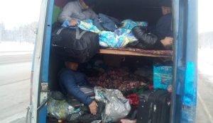 Нелегалы едут в двухэтажном грузовом мерседесе