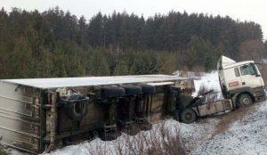 На М-5 перевернулся грузовик с продуктами