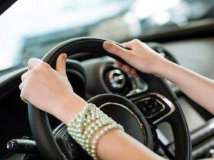 женщина водитель такси