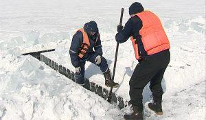 Спасатели пилят лед