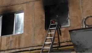 В Златоусте пожарные спасли в горевшем доме троих детей