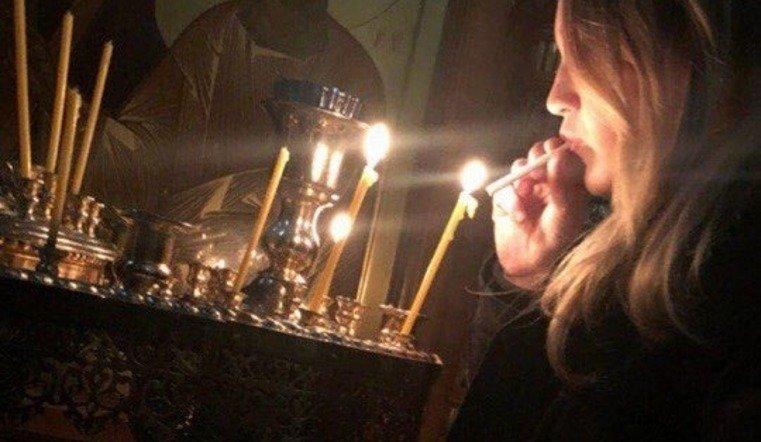 Установлена личность девушки, прикурившей от свечи