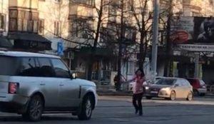 Женщина в неадекватном состоянии выбежала на дорогу в центре Челябинска