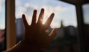 8-летний ребенок выпал из окна в Магнитогорске
