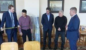 Депутаты Челябинской Гордумы подарили клюшки нарынской делегации