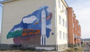 Художник расписал фасад дома