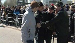 В Сети появилось видео, где сотрудник Ура.ру Вадим Ахметов фотографирует митинг