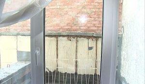 Квартира на третьем этаже из-за соседнего пристроя превратилась в мрачное подземелье