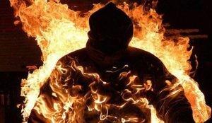 В Копейске неизвестные подожгли 25-летнего парня