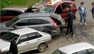 Такси Яндекс протаранило 3 автомобиля в Челябинске