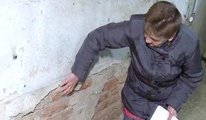 Вместо того, чтобы укрепить стены, подрядчики зачем-то отремонтировали фасад здания
