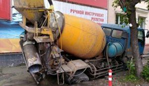 В Челябинске бетономешалка провалилась под асфальт