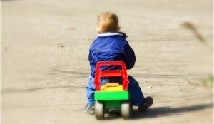 В Миассе малыш застрял в игрушечной машине