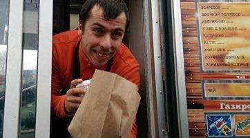 Челябинский предприниматель в честь победы российских футболитстов раздает бесплатно бургеры