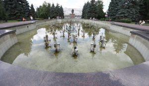 В Челябинске почистили главный фонтан