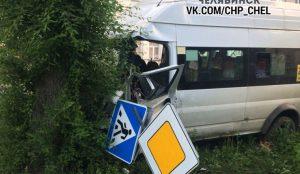 В Челябинске маршрутка врезалась в дерево