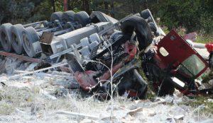 На трассе М-5 в Челябинской области столкнулись два грузовика и внедорожник