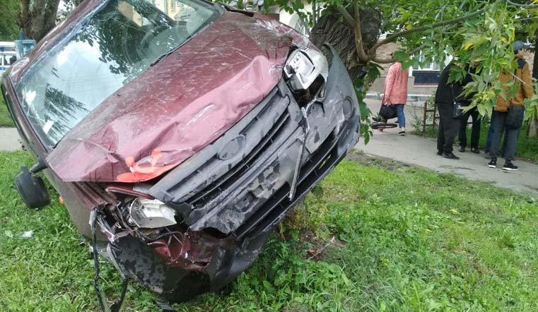 Легковушка врезалась в дерево в Челябинске