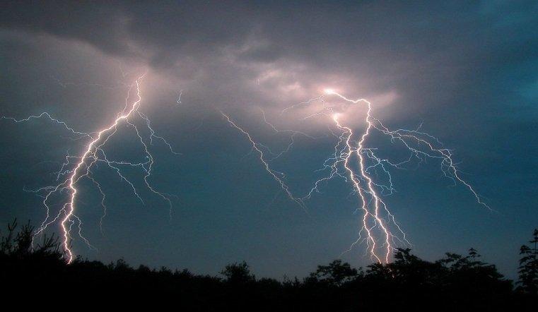 Гроза, дождь и сильный ветер ждут челябинцев в эти выходные
