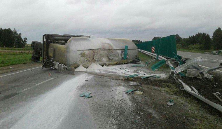На трассе в Сосновском районе перевернулась фура с мукой
