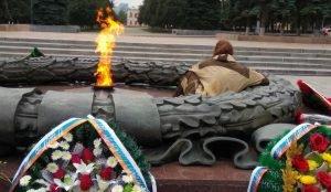 Мужчина устроил пикник у Вечного огня в Челябинске