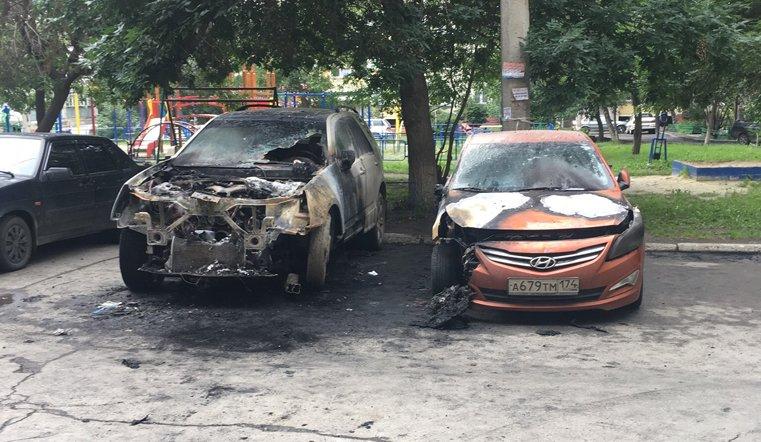 В челябинском дворе сгорели 2 иномарки
