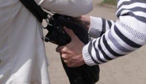 В Магнитогорске грабитель пытался вырвать сумку у беременной женщины
