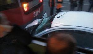 """В Магнитогорске такси """"Яндекс"""" столкнулось с трамваем"""