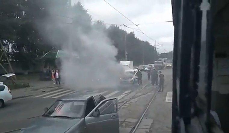 У трамвайных путей в Челябинске на ходу загорелся ВАЗ