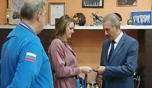 Симонова дарит медаль министру спорта