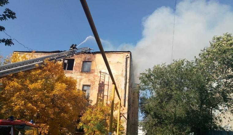 В Челябинске горит трехэтажка рядом с СИЗО