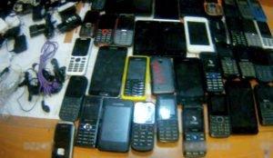 Челябинец пытался перебросить зэкам 40 мобильных телефонов