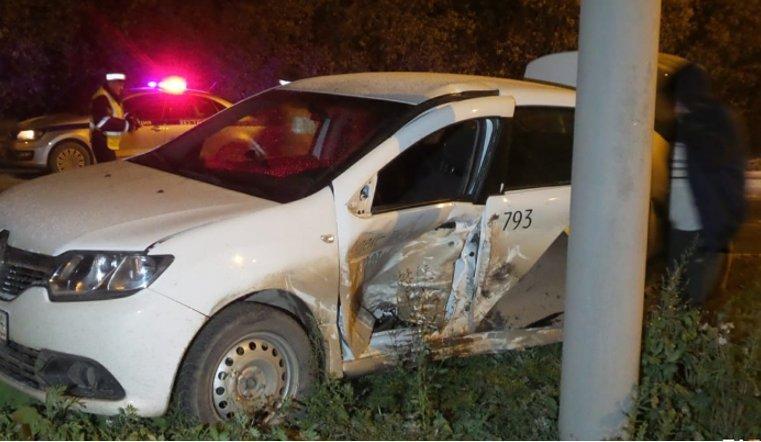 Такси из Челябинска попало в ДТП в Екаетриньурге