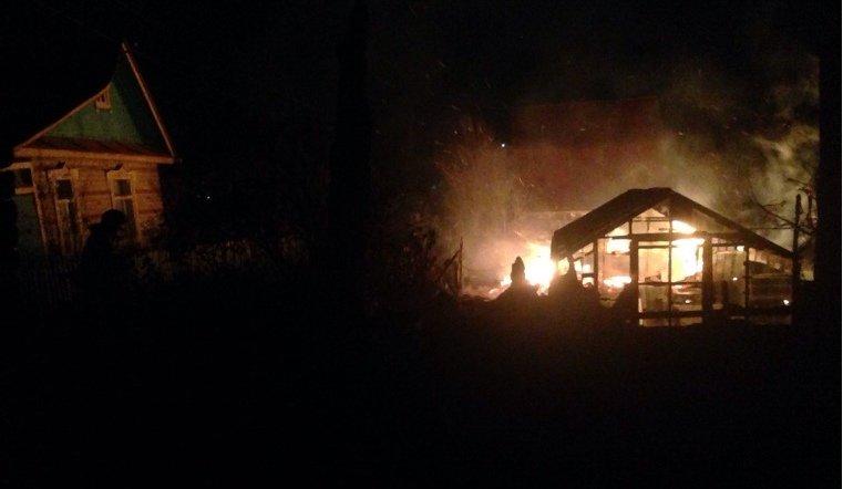 Пожары в Златоусте уничтожили пассажирский микроавтобус и дачу
