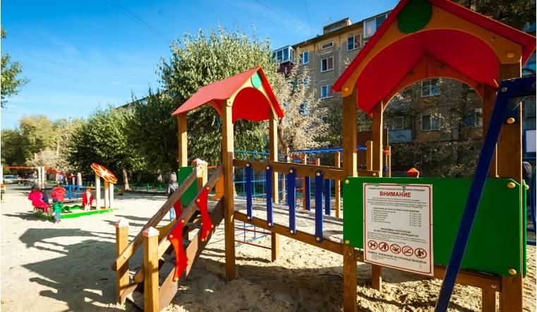 В Копейске срочно меняют некачественные детские городки