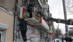 В Челябинске демонтировали рекламу в центре города