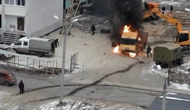 На стройке загорелся грузовик