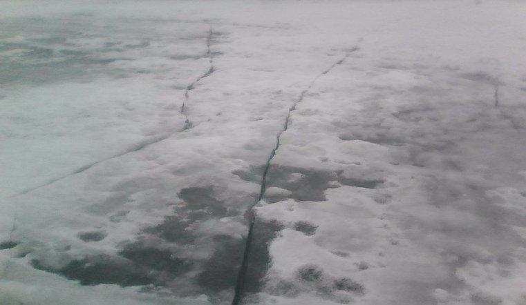 Тело рыбака нашли вмерзшим в лед