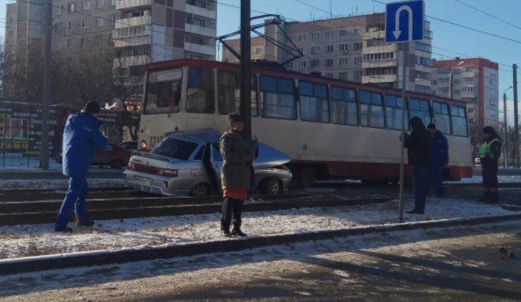 В Челябинске машину зажало между трамваем и столбом