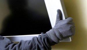 Жительницу Челябинска заперли в ванной и ограбили