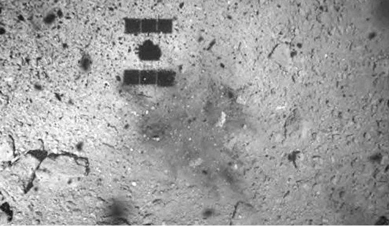 Необычное темное пятно обнаруждили ученые на поверхности астероида Рюгу