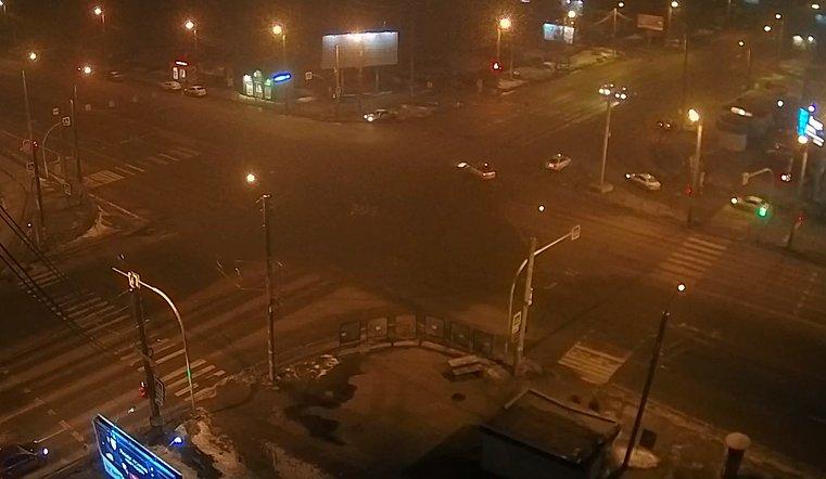 Не уступил дорогу. Ночное ДТП в Челябинске попало на видео