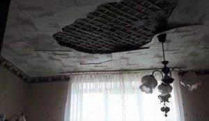 В челябинской многоэтажке после капремонта обвалился потолок