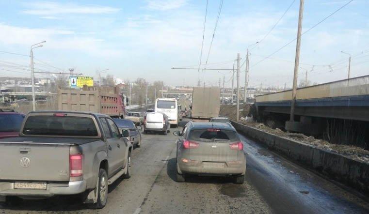 Загоревшееся авто парализовало движение в Челябинске ВИДЕО