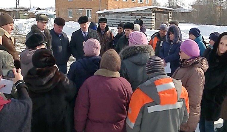 В поисках источника. Жители поселка ищут воду вместе с чиновниками и депутатами